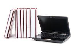 Laptop naast een stapel boeken Royalty-vrije Stock Foto's