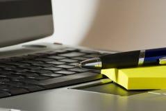 Laptop am Nachmittag Stockfotos
