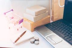 Laptop no local de trabalho do começo acima, proprietário empresarial pequeno fotos de stock