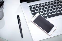 Laptop, notatnik i telefon, smartphone na stole Biurowego biurka stół Obraz Royalty Free
