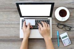 Laptop of notitieboekje op houten het werklijst en witte kaart in hand o Royalty-vrije Stock Afbeelding
