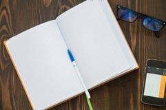 Laptop, notitieboekje, telefoon, pen legt op de vloer stock afbeeldingen