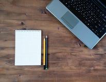 Laptop, Notizbuch und zwei Bleistifte Stockbilder