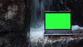 Laptop onder waterval stock videobeelden