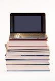Laptop op boeken Stock Afbeelding
