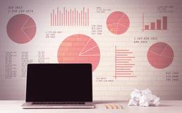 Laptop op bureau met verkoopcirkeldiagrammen Stock Fotografie