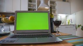 Laptop op de keukenlijst Stock Afbeeldingen