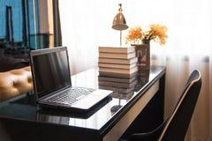 Laptop op de lijst Royalty-vrije Stock Foto's