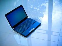 Laptop op de vloer Stock Afbeelding
