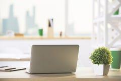 Laptop op Desktop royalty-vrije stock afbeeldingen
