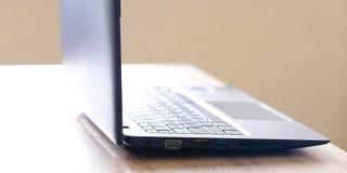 Laptop op een lichte lijst Klaar voor verrichting Selectieve nadruk stock foto
