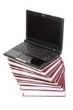 Laptop op een stapel van boeken Stock Fotografie