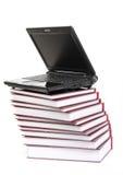 Laptop op een stapel van boeken Stock Foto