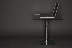 Laptop op een Voetstuk Stock Afbeeldingen