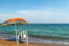 Laptop op het strand, die een telefoon met laptop, technolo zonnebaden Stock Afbeelding