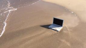 Laptop op het strand Notitieboekje op het zand dichtbij de oceaan stock video