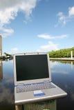 Laptop op het water Stock Foto