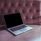 Laptop op luxemeubilair Royalty-vrije Stock Afbeelding