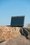 Laptop op rotsen stock afbeelding