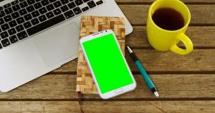 Laptop, Organisator, Handy, Stift und Kaffee auf Tabelle 4k stock footage