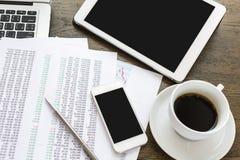 Laptop, pastylka, smartphone i filiżanka z pieniężnym docume, Obrazy Stock