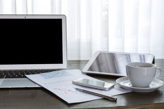 Laptop, pastylka, smartphone i filiżanka z pieniężnym docume, Fotografia Royalty Free