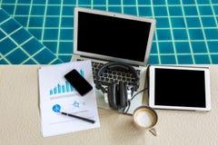 Laptop, pastylka, smartphone i filiżanka z pieniężnym docume, Obraz Stock