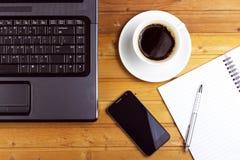 Laptop, pastylka, smartphone z pieniężnymi dokumentami na drewnianym stole zdjęcia royalty free