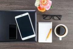 Laptop pastylka z notatnikiem na biurku i telefon komórkowy zdjęcia royalty free