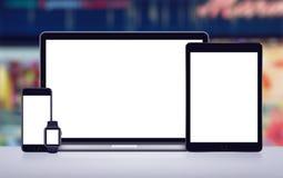 Laptop pastylki komputeru osobistego smartwatch i smartphone wyczulonego mockup frontowy widok na biurowym biurku fotografia royalty free