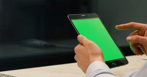Laptop pastylki zbliżenie, mężczyzna używa cyfrowego przyrząd, greenscreen, wpisujący, matte chromu klucz zbiory wideo