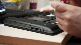 Laptop reparatietechnicus die schroevedraaier gebruiken aan schroef HDD stock video