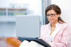 laptop się młode kobiety fotografia stock
