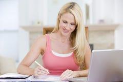 laptop się uśmiechniętym pokoju kobiety Zdjęcie Stock