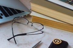 Laptop, Smartphone, alte Bücher; Postlinie Ikone auf dem Schreibtisch Lizenzfreie Stockfotografie