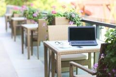 Laptop, smartphone, szkła i kawa na stole, zdjęcie royalty free