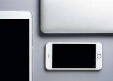 Laptop, Smartphone und Tablette auf grauem Hintergrund Lizenzfreie Stockfotos