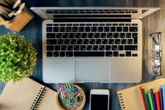 Laptop, Smartphone und Versorgungen Lizenzfreies Stockfoto