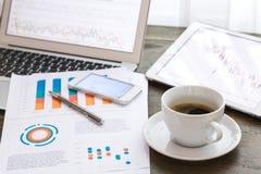 Laptop, Tablette, Smartphone mit Finanzdokumenten Lizenzfreies Stockbild