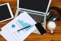 Laptop, Tablette und Smartphone mit Finanzdokumenten Lizenzfreie Stockbilder