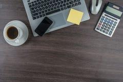 Laptop, telefon komórkowy i filiżanka na pracy biurku, zdjęcie stock