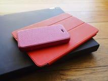 Laptop, telefoon en tabletpc op houten bureau Royalty-vrije Stock Afbeeldingen