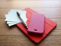 Laptop, telefoon en tabletpc op houten bureau Royalty-vrije Stock Afbeelding