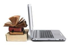 Laptop und alte Bücher Stockfotos