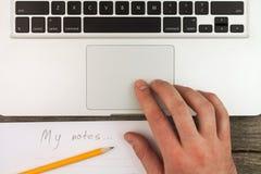 Laptop und Anmerkungen stockfotos