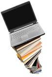Laptop und Bücher Stockfotos