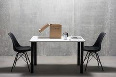 Laptop- und Büronebensächlichkeiten, die auf Schreibtisch finden Stockfotografie