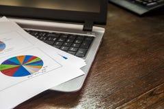 Laptop und Berichtspapier Stockbilder