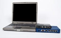 Laptop und Brandschott mit Ethernet schalten Weiß an lizenzfreie stockfotografie