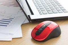 Laptop und Datenpapier auf Schreibtisch lizenzfreies stockbild
